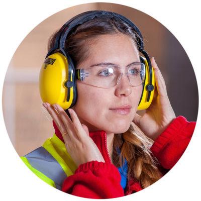 Häufig wird der Schutz im Arbeitsumfeld eingesetzt und muss wichtige Signale oder sogar Sprache und Musik durchlassen.