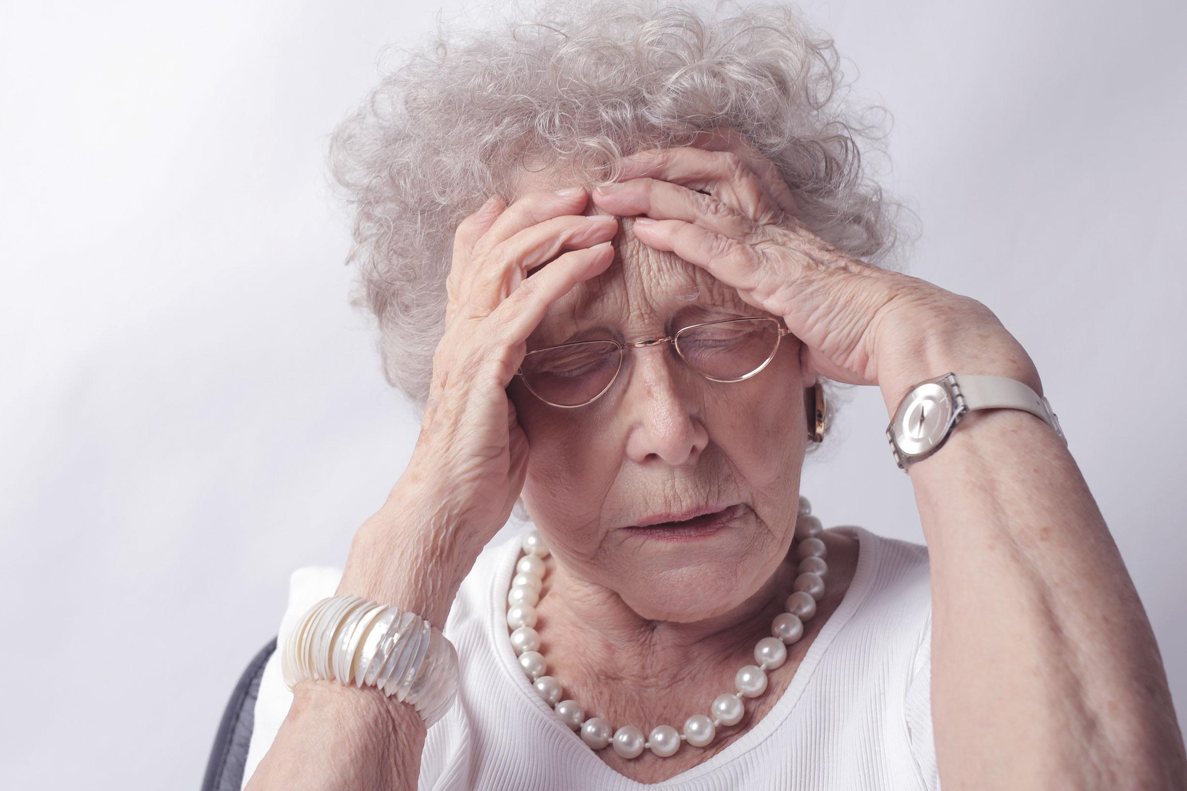 Tag gegen Lärm Frau mit Brille Rentnerin